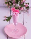 Мороженое клубники с льдом в форме сердца в стеклах Стоковое Фото