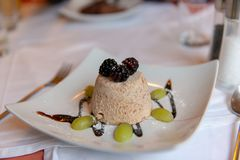 Мороженое миндалины с ягодами и виноградинами стоковые изображения