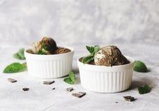 Мороженое мяты шоколада в белых шарах с частями листьев шоколада и мяты на мраморной таблице Стоковая Фотография RF