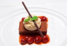 Мороженое на верхней части пирожного шоколада на белой предпосылке Стоковое Изображение
