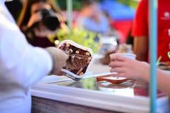 Мороженое руки черпая стоковые изображения