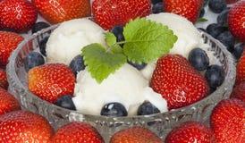 Мороженое с бальзамом клубники, голубики и emon Стоковая Фотография
