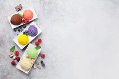 Мороженое с гайками и ягодами стоковое изображение rf