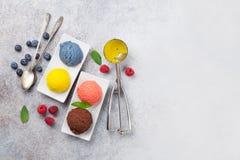 Мороженое с гайками и ягодами стоковое фото rf