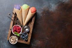 Мороженое с гайками и ягодами стоковая фотография