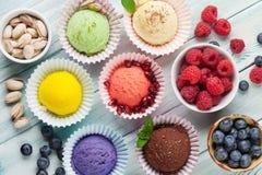 Мороженое с гайками и ягодами стоковые фото