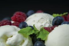 Мороженое с голубиками и клубники закрывают вверх Стоковое фото RF
