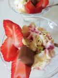 Мороженое с клубникой, шоколадом и фисташкой стоковые фотографии rf