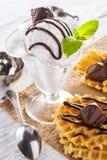 Мороженое с конфетами, мятой и waffles шоколада Стоковая Фотография RF