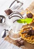 Мороженое с конфетами, мятой и waffles шоколада Стоковое Изображение