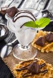 Мороженое с конфетами, мятой и waffles шоколада Стоковое Изображение RF