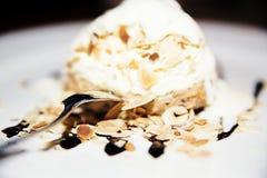 Мороженое с отбензиниванием и миндалинами шоколада стоковые изображения rf