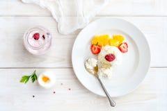 Мороженое с ягодами на белом взгляд сверху плиты Стоковые Фотографии RF