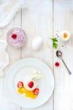 Мороженое с ягодами на белом взгляд сверху плиты Стоковая Фотография RF