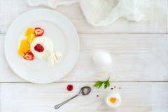 Мороженое с ягодами на белом взгляд сверху плиты Стоковое Изображение
