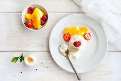 Мороженое с ягодами на белом взгляд сверху плиты Стоковое фото RF
