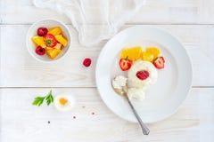 Мороженое с ягодами на белом взгляд сверху плиты Стоковая Фотография