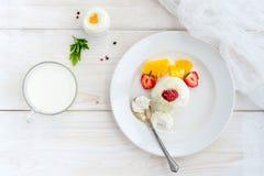 Мороженое с ягодами на белом взгляд сверху плиты Стоковое Изображение RF