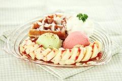 Мороженое с waffle и бананом Стоковые Фотографии RF