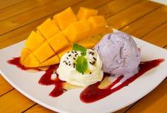 Мороженое таро с зрелым мангоом стоковые изображения rf