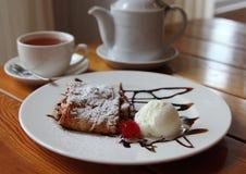Мороженое Яблока и пирог вишни на таблице i Стоковая Фотография RF