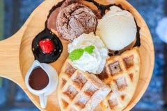 Мороженое Waffles и взбитая сливк покрыли шоколад Стоковые Изображения RF