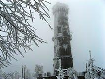 Морозная каменная башня бдительности в сером зимнем дне Стоковые Изображения RF