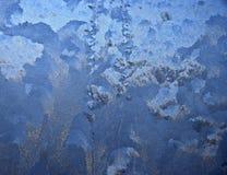 Морозная картина на стеклянном окне зимы Стоковые Фото