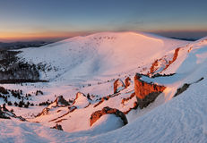 Морозная панорама захода солнца в горах зимы красоты стоковое фото rf