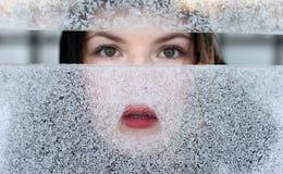 морозное окно портрета девушки Стоковое Изображение