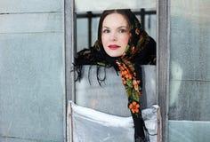 морозное окно портрета девушки Стоковые Изображения