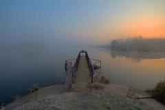 Морозное утро на озере рассвет Стоковые Фотографии RF