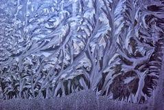 Морозные картины зимы на окнах январь Стоковые Фотографии RF
