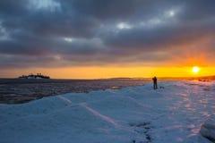 Морозный вечер на озере стоковое изображение rf