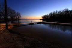 Морозный восход солнца раннего утра на доках шлюпки Стоковое Изображение RF