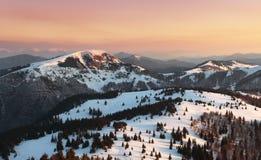 Морозный заход солнца в горах зимы красоты стоковое изображение rf