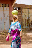 Морокканская женщина нося арбуз на ее голове Стоковые Фотографии RF
