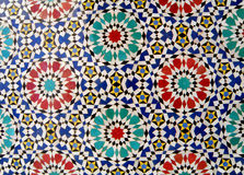 Морокканская картина круга стиля ярко & красочная крыть черепицей черепицей стена в Fez, Марокко Стоковое Изображение RF