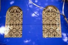 морокканские богато украшенный окна Стоковая Фотография