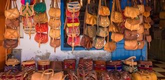 Морокканские кожаные товары кладут в мешки в ряд на внешнем рынке Стоковые Изображения RF