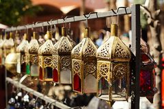 Морокканские лампы фонариков стекла и металла в souq Marrakesh Стоковое Изображение