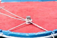 Морская веревочка на деревянной шлюпке Стоковая Фотография