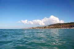морская вода отсутствующей сини пляжа далекая Стоковая Фотография RF