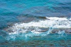 Морская вода, пена на утесах Стоковое Изображение RF