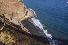 Морская вода Exot черных каникул взгляда курорта гор ландшафта Тенерифе Лета Playa de Las Gaviotas Атлантического океана пляжа кр стоковое фото
