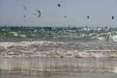 Морская волна с serfers на заднем плане Стоковое Изображение