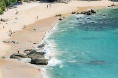 Морская вода пляжа с белым песком ясная голубая Стоковое Изображение