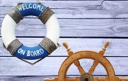 Морская концепция с рулевым колесом lifebuoy и корабля Стоковые Изображения