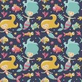 Морская милая безшовная картина с русалками, рыбами, водорослями, морскими звёздами, кораллом, морским дном, пузырем Стоковая Фотография