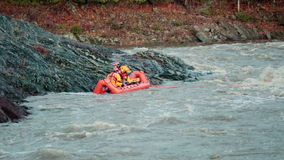 Морская попытка спасательной команды для того чтобы сохранить жертву вставила на острове сток-видео